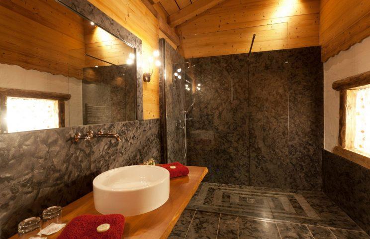 Salle de bain chambre rouge