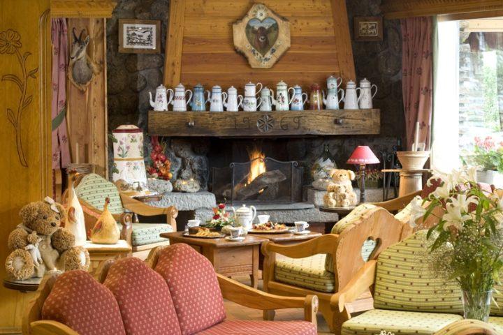 Salon bar avec coin cheminée